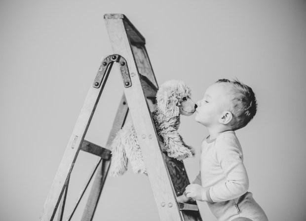 Kinderfoto Lächeln Lachen Fotograf Kuss Küssen Plüschtier Hund Tier Liebe Freundschaft Studio Heilbronn Ludwigsburg