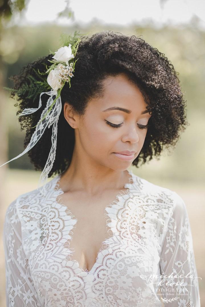 Braut Portrait Kopfschmuck Haarschmuck Blüten im Haar Fascinator Flowers Locken Make up