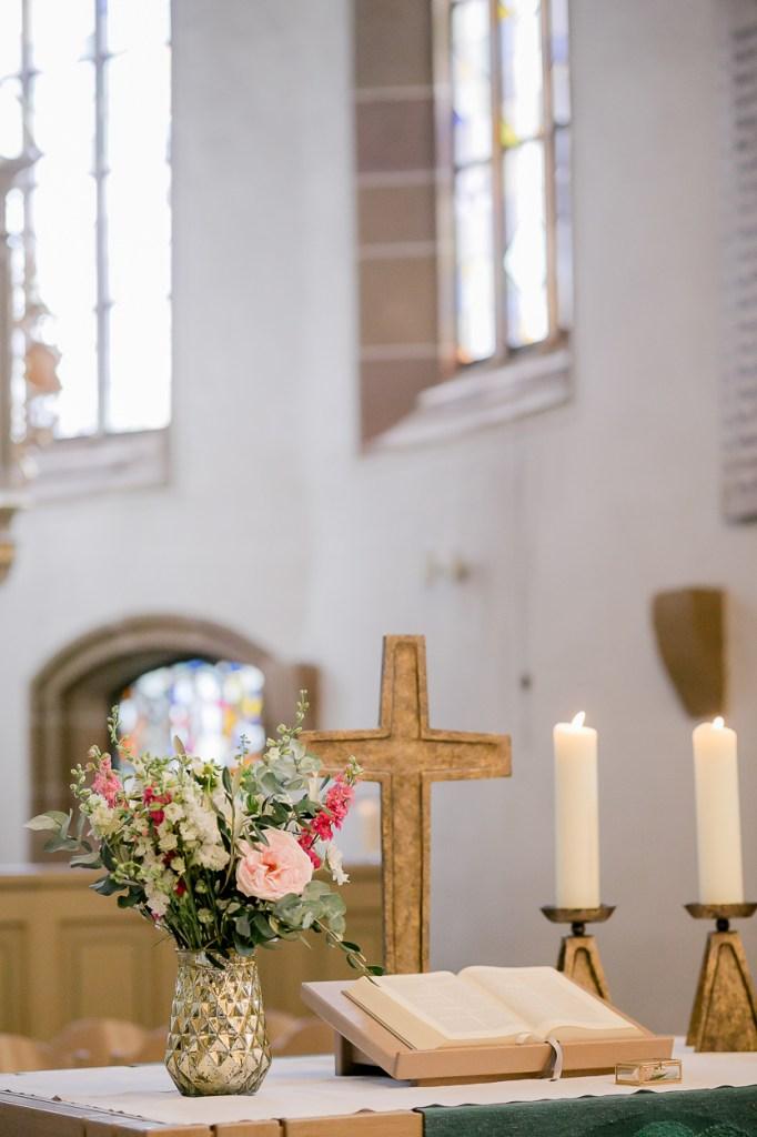 Kirche in Beilstein Michaela Klose Altar Strauß von Rosmarin und Thymian Ludwigsburg, Hochzeitsreportage