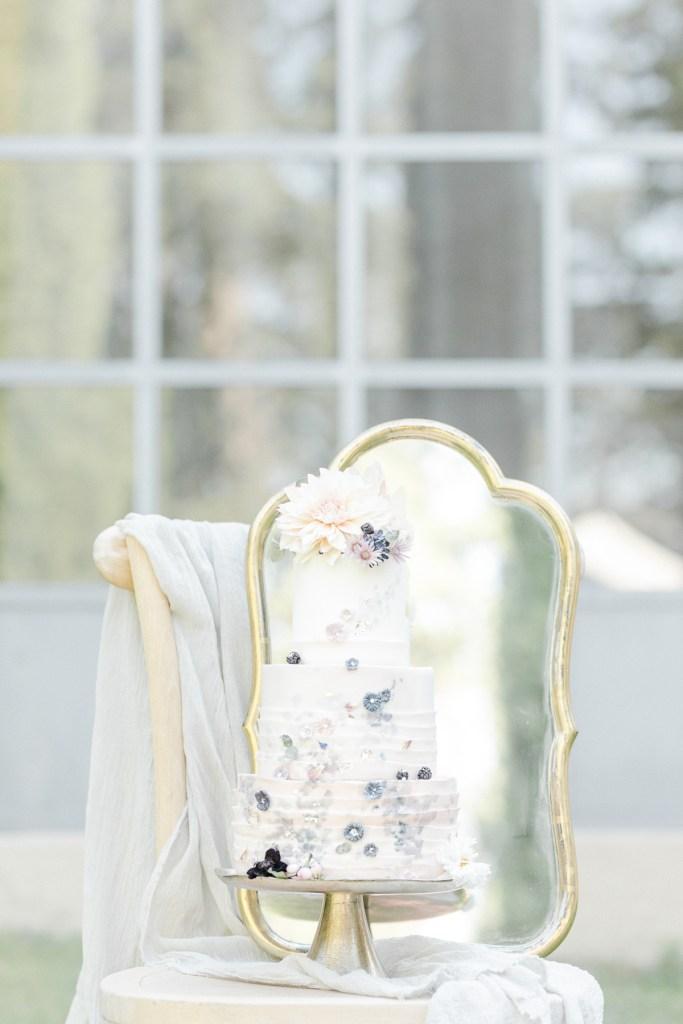 Hochzeitstorte auf Stuhl Zuckerblüte Fine Art Hochzeit
