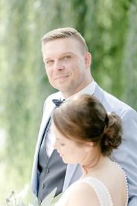 entspannter Ehemann beim First look zur Hochzeit