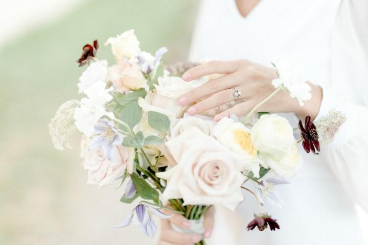 Feine Hochzeit in der Pfalz Braut minimalistischer Look Fine Art Hochzeit Verlobungsring