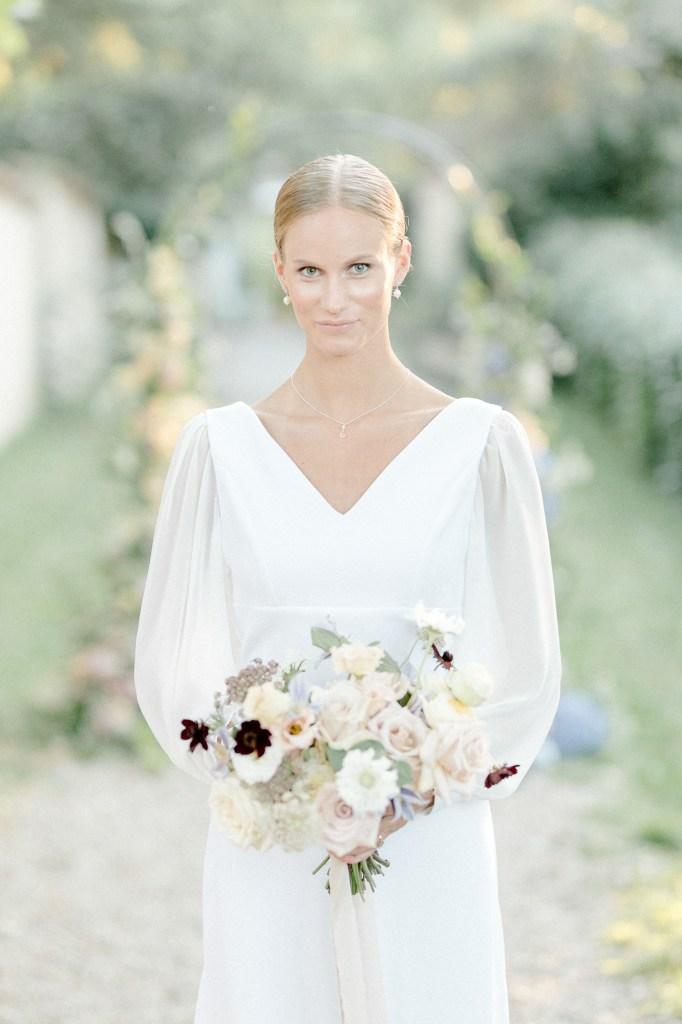 Feine Hochzeit in der Pfalz Braut minimalistischer Look Brautstrauß Fine Art Hochzeit