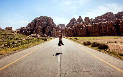 us_femme-qui-saute-sur-route