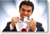 Mann ärgert sich über einen Brief und zerreißt ihn