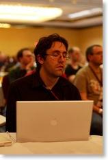 Konferenzteilnehmer döst während eines Vortrags