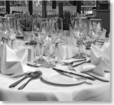 Festlich gedeckte Tafel in einem Spitzenrestaurant