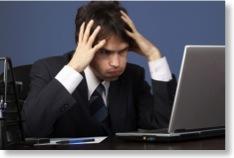 Gestresster Mann starrt auf sein Laptop