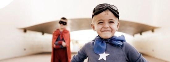 """Zwei Kinder spielen """"Superhelden"""""""