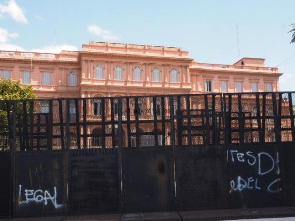 Vallas ready for use at the Casa Rosada