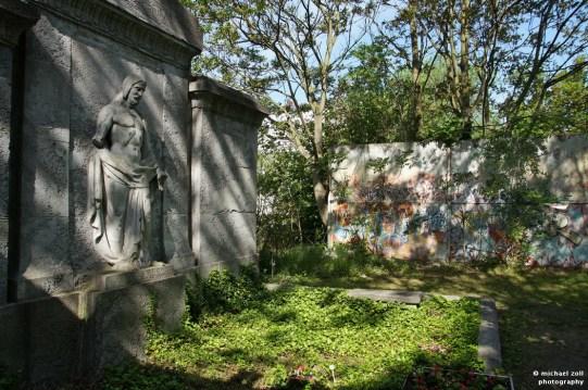 Rest der Hinterlandmauer auf dem St.-Hedwig-Friedhof