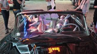 Rzeźba z chromu i ludziny, 2016, rzeźba performatywna (ludzka drukarka) dystrybuująca magazyn, który był główną przestrzenią wystawy i wijąca się na tylnim siedzeniu czarnego jak noc Forda Thunderbirda