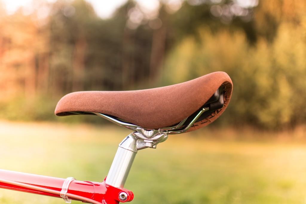 Siodełko. Jeżdżę bez żelowych portek, a tyłek specjalnie nie cierpi.