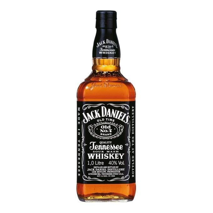"""Jack Daniel's. Jak już pisałem – uważają, że nie są burbonem, tylko Tennessee Whiskey, ale obecnie słowo """"Bourbon"""" dotyczy każdego kukurydzianego trunku produkowanego w USA, niezależnie od stanu. Nie będę się z nimi sprzeczał, bo po co? Jack jest słodszy od innych przez klonowe filtrowanie, jest też bardzo charakterystyczny jeśli chodzi o butelkę. To po niego sięgało i sięga wiele amerykańskich gwiazd."""
