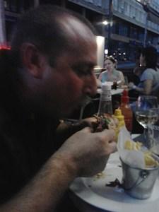 Toni comiendo una hamburguesa