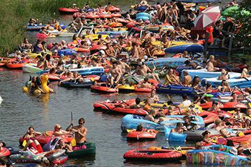 El festival finlandés de beber cerveza en el río