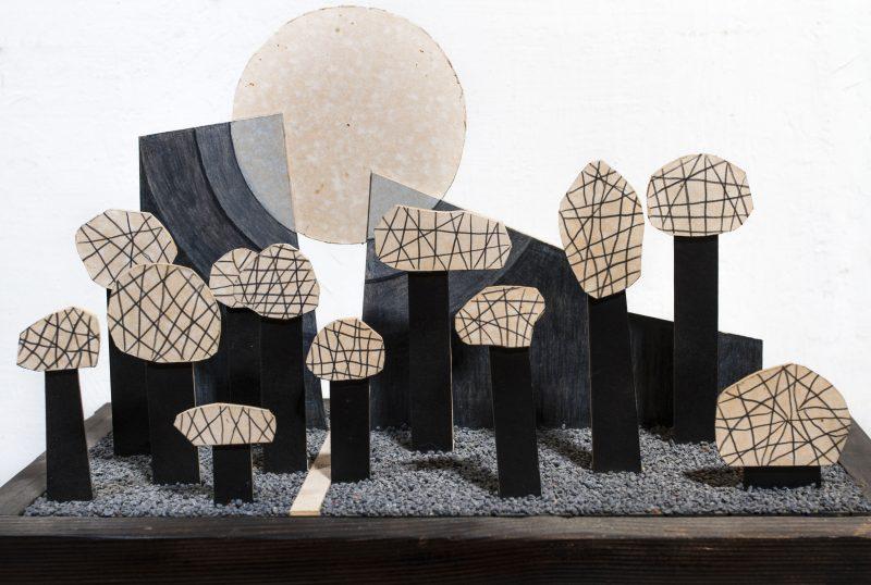 Michel Rossigneux - Haïku n°1 - Sculpture inspirée des petits poèmes japonais - techniques et matériaux divers: bois, carton, crayons de couleur, sable...