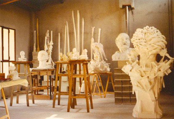 Les grands plâtres dans l'atelier de Comby.