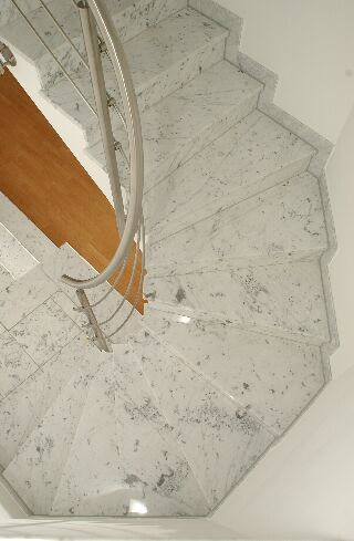 Innentreppe in Naturstein Bianco Carrara Gioa poliert