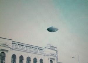 """Dans les archives secrètes allemandes,un chercheur retrouvera cette photo d'un  """"disque volant"""" au-dfessus du Reichstag (1936)"""