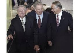 El ex alcalde de Laval, Gilles Vaillancourt con Jean Charest (centro) y el ex alcalde de Montreal Gerald Tremblay: un grupo de políticos vinculados al crimen organizado, un sistema que se mantiene.
