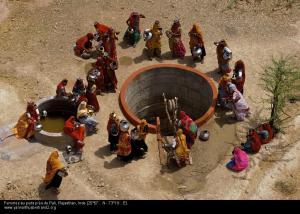 Femmes  puisant de l'eau au puit près de Pali,Rajastan ,en Inde.Les ressources  déjà limitées de la Terre vont devenir de plus en plus rares,mençant toutes les formes de vie.  Nous,les Humains de la Terre ,avons à faire un sérieux examen de conscience.
