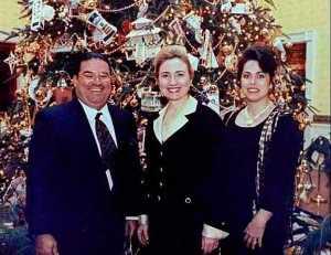 Juste avant le déclenchement de la guerre contre la Libye,Hillary Clinton avait été photographiée avec le vendeur de drogues Jose Cabrera  lors d,une réception durant le temps des fêtes,à la Maison Blanche. Le crime organisé a ses entrées maintenant:ce sont des hommes et des femmes d'affaires.Cabrera est aussi connu pour ses transactions d'armes à l'échelle internationale.Gageons qu'il a reçu un coup de fil récemment.