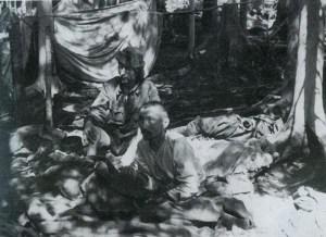 Des combattants laissés à eux-mêmes ,tentant de survivre ...fin 1942 ,après la bataille. La faim fera plus de victimes que les combats.