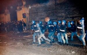 Des policiers en tenue anti-émeute en action,après que des émeutiers manifestaient  ,en dehors de la Société de Saint-Pie X siège, un groupe catholique schismatique, où les funérailles de l'ancien officier SSi Erich Priebke qui devait avoir lieu dans Albano Laziale.
