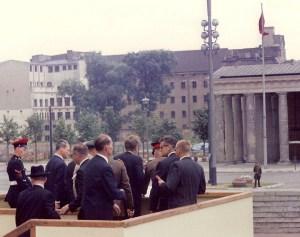 L'Europe 1963 - Au mur de Berlin, le président Kennedy regarde en direction d'un  garde de l'Allemagne de l'Est.