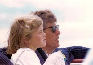 Été 1963 - Caroline et son père profitant de la brise de la mer au cours d'une promenade en bateau à Hyannis Port.