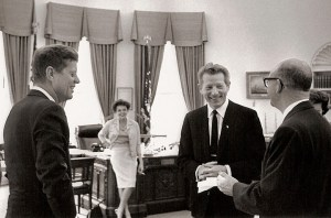 Scène de Camelot - le grand comique Danny Kaye s'entretient avec le président tandis que Judy Garland s'adosse à son bureau dans le bureau ovale.