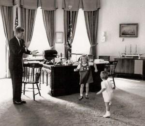 Plaisir dans le bureau ovale comme le président encourage les jeunes Caroline et John Jr. un peu à danser.