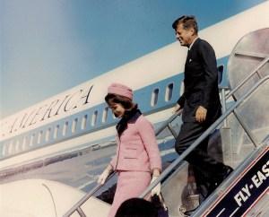 Dallas - Arrivée du président Kennedy et la Première Dame à Love Field, le 22 Novembre 1963. Le cortège présidentiel quitte ensuite pour un voyage de 45 minutes du centre-ville où le président doit prendre la parole à une réunion du Conseil des citoyens. Le Président et la Première Dame montent dans une limousine à toit ouvert accompagné par le gouverneur du Texas John Connally B. et son épouse. A 12h30 sur Elm Street dans le centre du Texas le cortège s'approche lentement d'un passage souterrain triple. Des coups de feu dehors. Le président est frappé dans le dos, puis à la tête et est mortellement blessé. Le gouverneur Connally est également frappé.