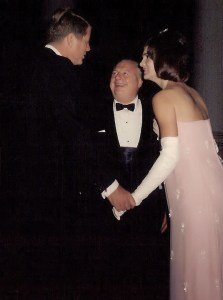 Scène de Camelot - Lors d'un dîner formel  à  la Maison Blanche , un  hôte enchanté de sa rencontre  avec le Président et la Première Dame, qui sont maintenant largement considéré comme le couple le plus glamour du monde.