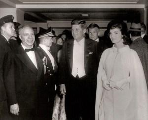 Avec la première dame, Jacqueline Bouvier Kennedy, le président arrive à l'un des nombreux bals détenus en leur honneur. Les festivités dureront jusqu'à près de 4 heures du matin le lendemain. Juste avant 9 heures, après quelques heures de sommeil, le Président arrive au Bureau ovale pour son premier jour en tant que Chef Exécutif...ou président,si vous voulez.