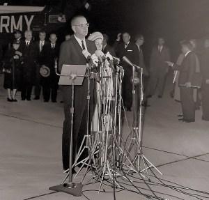 """Le président Lyndon Johnson aborde brièvement la nation de Andrews Air Force Base, en disant: «Je vous demande votre aide et celle de Dieu."""""""