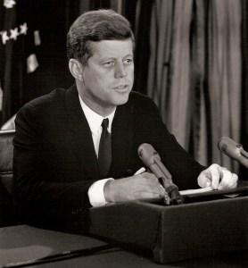 """La Crise des Missiles d'Octobre- Après examen des photos aériennes indiquant l'emplacement des missiles nucléaires russes à Cuba, le Président s'adresse à la nation à la télévision, le 22 Octobre 1962, et signale «preuve indubitable  que ... des sites de missiles offensifs sont actuellement en préparation ... pour fournir une capacité de frappe nucléaire contre l'hémisphère occidental ... Il se doit que la politique de cette nation doit considérer tout missile nucléaire pointé  à partir de Cuba ... comme une attaque contre l'Union soviétique vers les  Etats-Unis, ce qui nécessite une réponse complète  en représailles contre l'Union soviétique. """""""