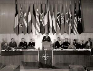 S'adressant aux chefs d'état-major de l'OTAN au Département d'Etat, le président Kennedy promet un renforcement des forces conventionnelles et une capacité nucléaire effective.