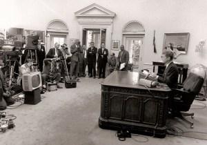 """Une autre préoccupation de la Maison Blanche de  la période de Kennedy est la lutte des Afro-Américains pour l'égalité de traitement. Le 11 Juin 1963, le président ordonne au gouverneur de l'Alabama George Wallace,de cesser de faire obstacle à des étudiants noirs de fréquenter l'université d'Alabama. Ci-dessus: Cette nuit-là, le président délivre un discours télévisé majeur sur les droits civils en disant: «Il devrait être possible ... pour tous les Américains de jouir des privilèges d'être américain sans égard à sa race ou de couleur."""""""