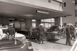 Au Parkland Memorial Hospital, la limousine du président reste en dehors de la salle d'urgence où 15 médecins essaient en vain de le sauver. À 13:00 John Fitzgerald Kennedy est déclaré mort.