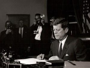 La Crise des Missiles d'Octobre - du 23 Octobre 1962, le président Kennedy signe une proclamation interdisant les transferts de missiles et d'autres armes à Cuba, et autorisant l'armée américaine à intercepter et fouiller les navires se dirigeant vers Cuba. Le monde entier attend alors de voir ce qui va arriver. Quelques jours plus tard, les Russes  consentirent et acceptèrent  de retirer les missiles de Cuba si les Etats-Unis  lèvent leur  blocus naval et garantissent  qu'aucune invasion américaine de Cuba n'aura jamais lieu.