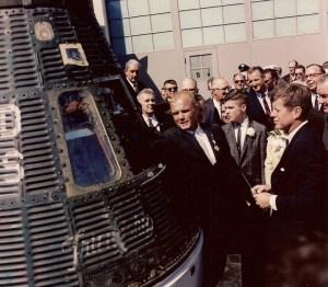 L'astronaute John Glenn indique le président de la capsule de l'espace dans lequel il a voyagé en orbite autour de la Terre trois fois.