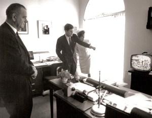 La première dame Jacqueline Kennedy, le président et le vice-président Lyndon Johnson montre Alan Shepard devient le premier astronaute américain dans l'espace en faisant 15 minutes de vol sub-orbital, le 5 mai 1961.