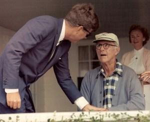 Été 1963 - Le président Kennedy fait ses adieux à patriarche de la famille, Joseph P. Kennedy Sr. avant de monter dans l'hélicoptère pour rentrer à Washington.