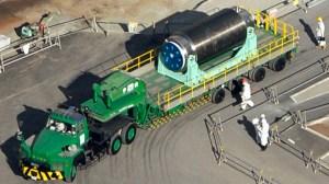Le fût contenant 22 barres de combustible dans le bâtiment n ° 4 du réacteur sur une remorque, est déplacé de la construction du réacteur à un autre bâtiment où une piscine de combustible commune se trouve, à la Fukushima Daiichi centrale nucléaire de tsunami paralysé de TEPCO dans la préfecture de Fukushima, dans cette photo prise par Kyodo Novembre 21 2013. (Reuters / Kyodo)