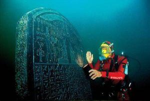 Une stèle fantastique retrouvée sous la mer.