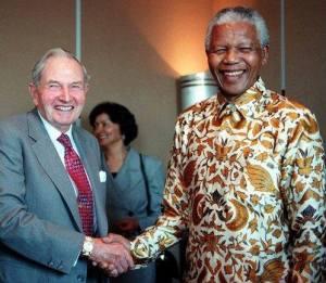 Nelson Mandela  et David Rockefeller au sortir d'une conférence,à New York,en 1998.