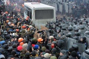 Les manifestants armés de bâtons ont essayé de briser le blocus de la police et d'assaut le Parlement ukrainien le dimanche.