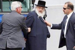 Une photo rare dans les journeaux,en France : un juif sioniste mafieux en état d'arrestation.
